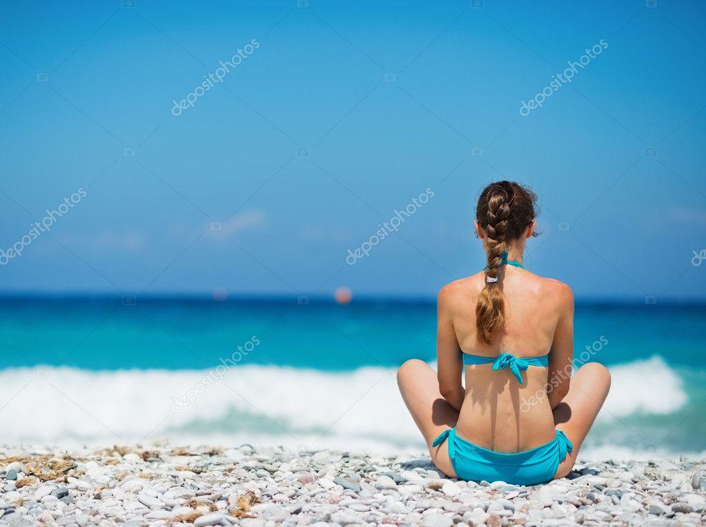 Фото брюнеток на пляже сзади