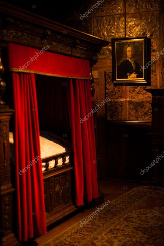 scuro vecchio mondo camera legno quattro letto a baldacchino — Foto ...