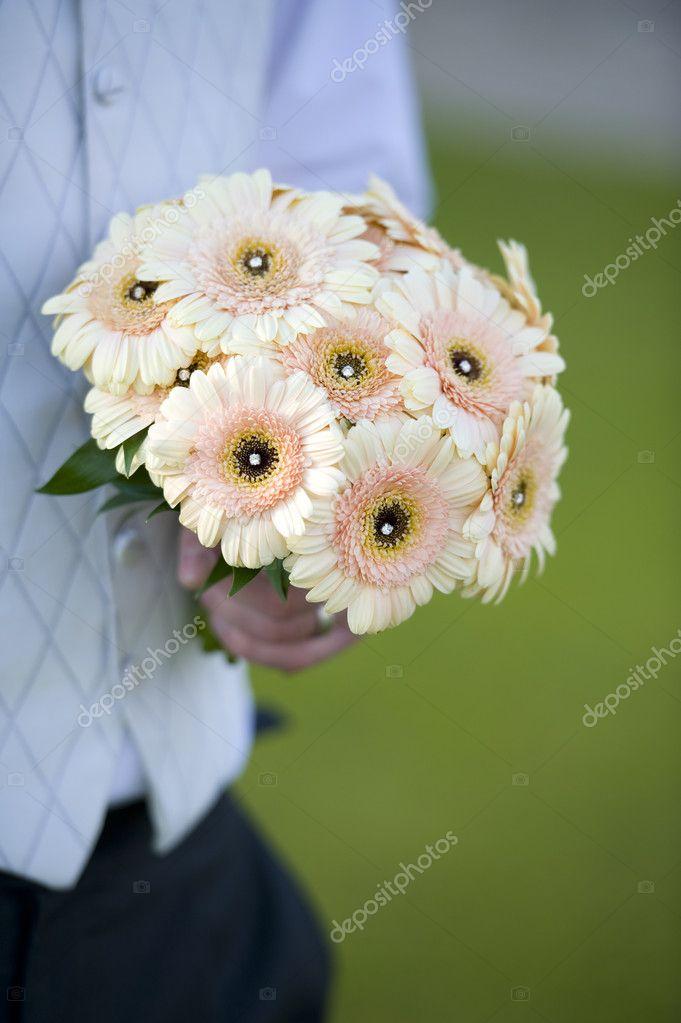 Brautigam Einen Hochzeitsstrauss Holdin Stockfoto C Eelnosiva 11705258