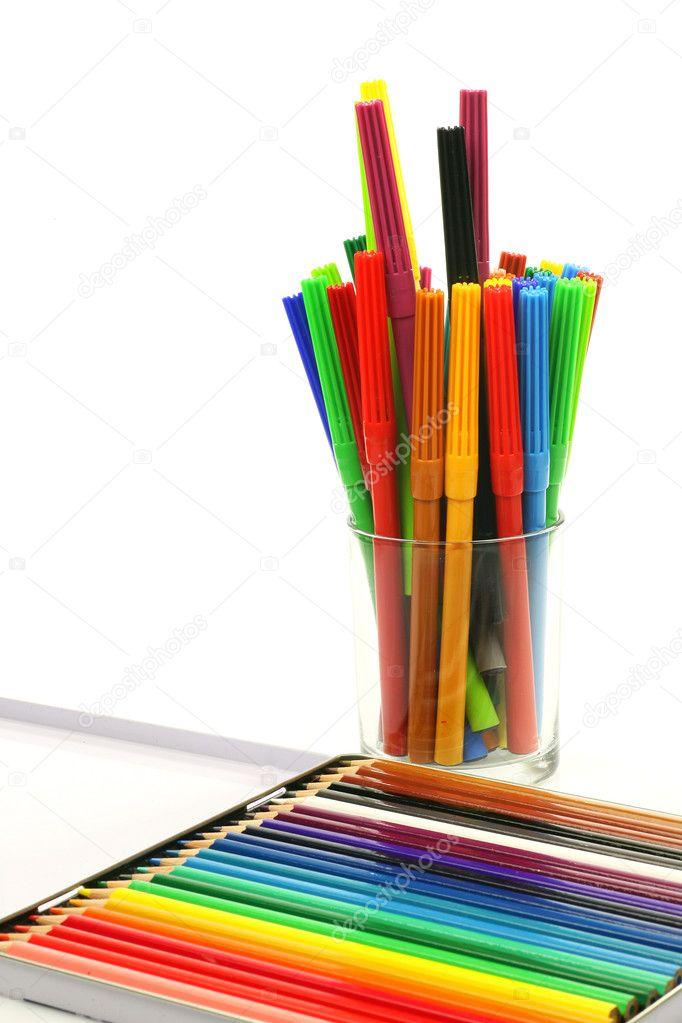 Lisa de fieltro plumas de punta y una caja de lápices de colorear ...