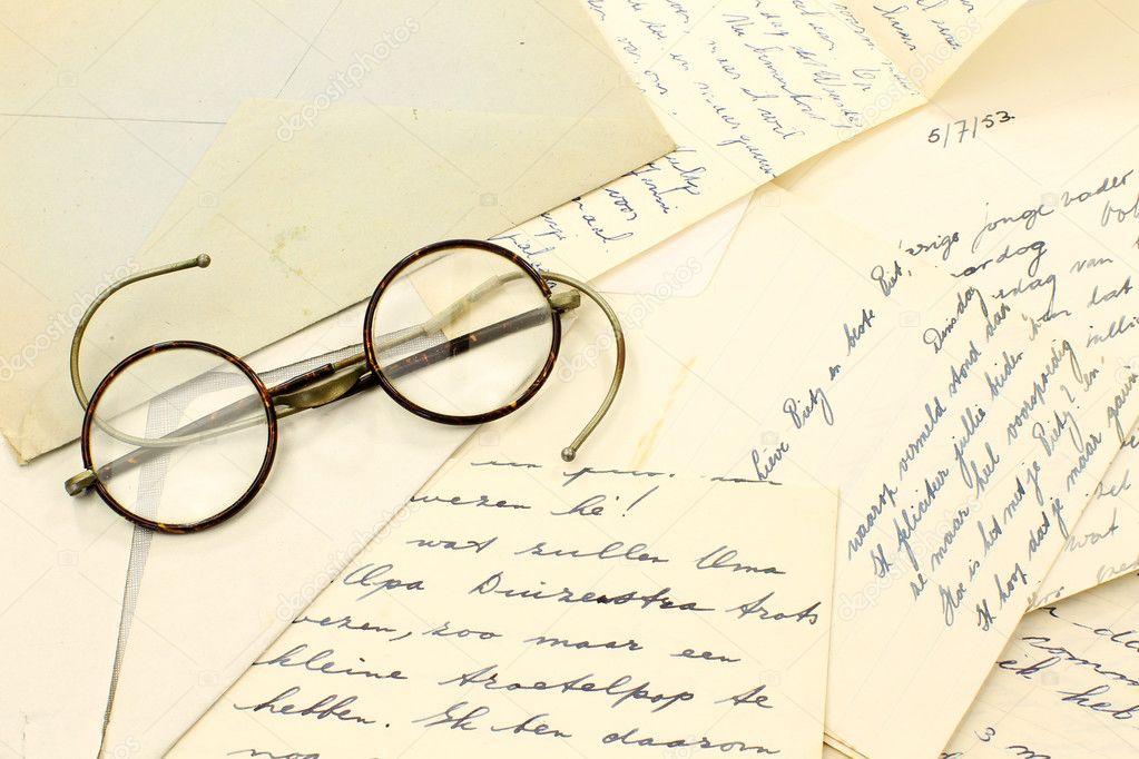 une paire de vieilles lunettes sur quelques vieilles. Black Bedroom Furniture Sets. Home Design Ideas