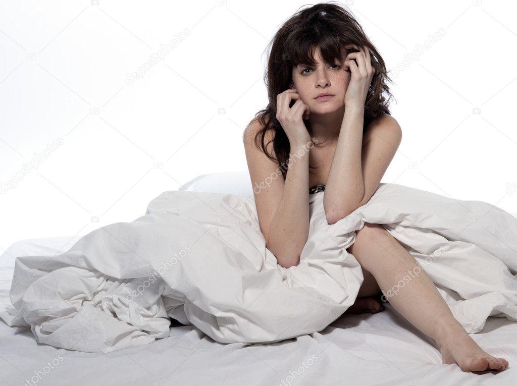 Femme Au Reveil jeune femme au lit réveil gueule de bois fatigué de l'insomnie