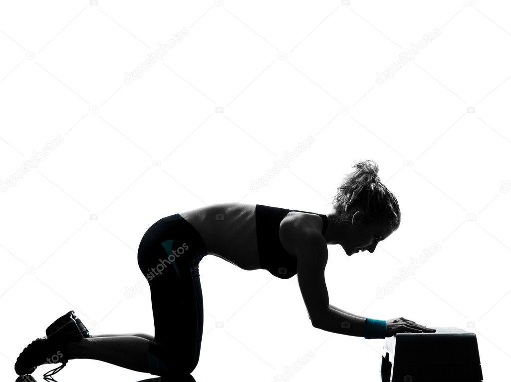 Una mujer ejercicio entrenamiento fitness ejercicio aeróbico abdominales  push ups postura sobre fondo blanco estudio aislado — Foto de STYLEPICS 8ec27a54150d