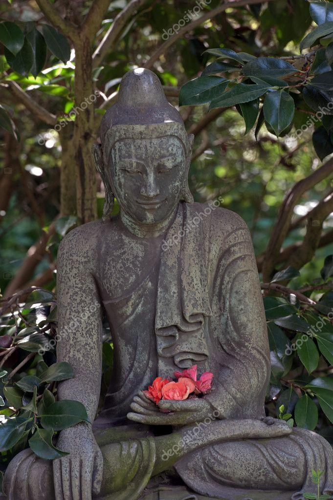 estatua de Buda en jardn japons Fotos de Stock ramses2te 11952287