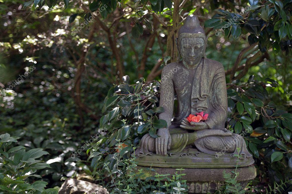estatua de Buda en jardn japons Fotos de Stock ramses2te 11952333
