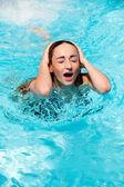 krásná žena v létě v bazénu, koupání
