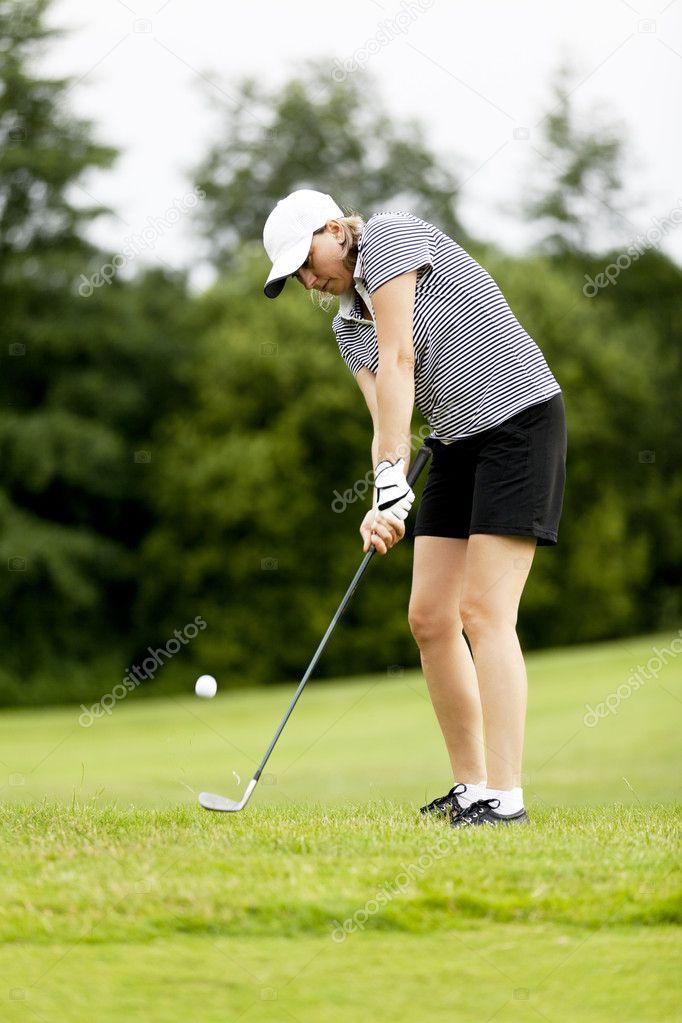 Блондинка играет в гольф