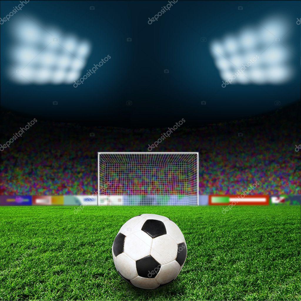 Футбольний м яч на зеленому полі — Фото від Krivosheevv. Знайти схожі  зображення 393a3e38f12a0