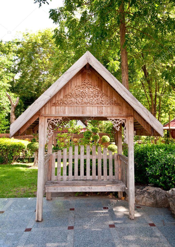 Die Holzbank mit thai-Stil Dach außerhalb — Stockfoto ...