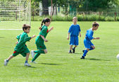 Fényképek gyermekek játszanak a foci