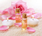 Flaschen mit ätherischen Ölen für die Aromatherapie. Rose spa