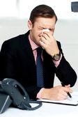 Fotografie mladý muž s silnou rýmu. kýchání
