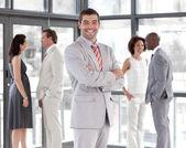 Portrét usměvavý správce vede svůj tým