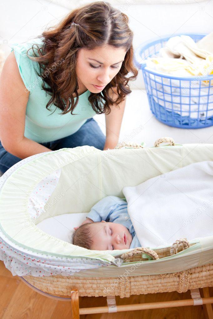 Junge Mutter Blick Auf Ihren Kleinen Sohn In Seinem Bett Schlafen