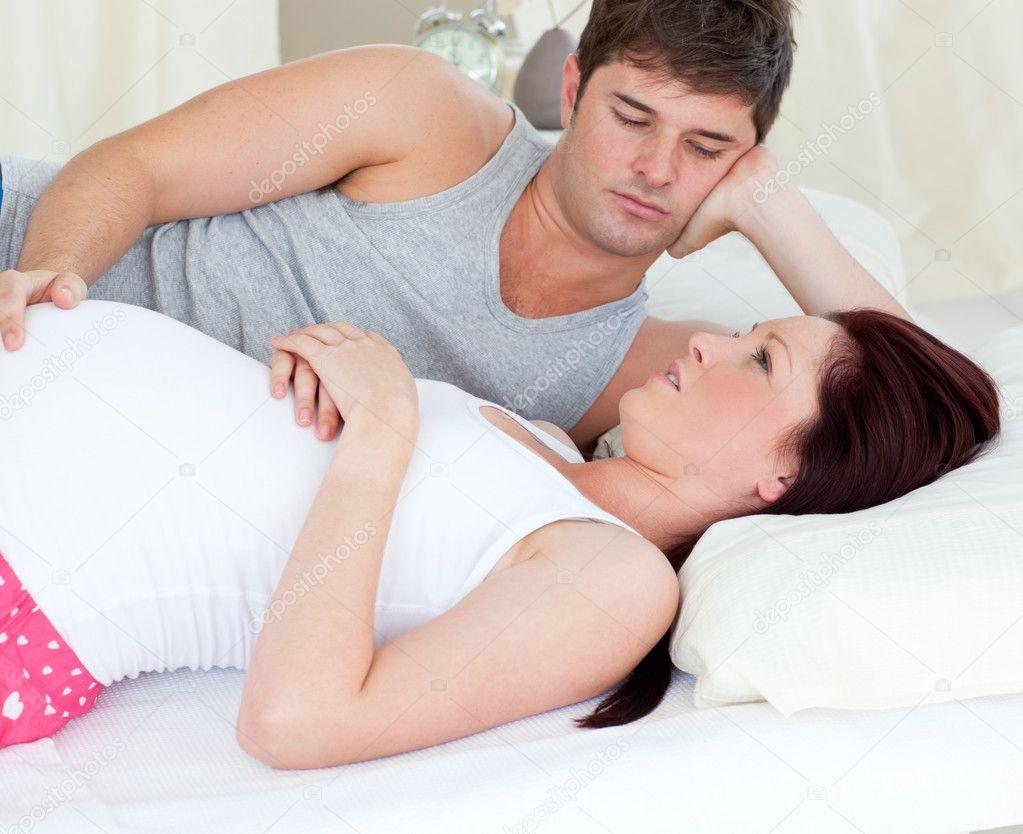 Resultado de imagen para mujer embarazada en cama