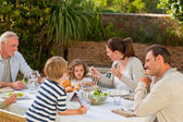 Rodina jíst v zahradě