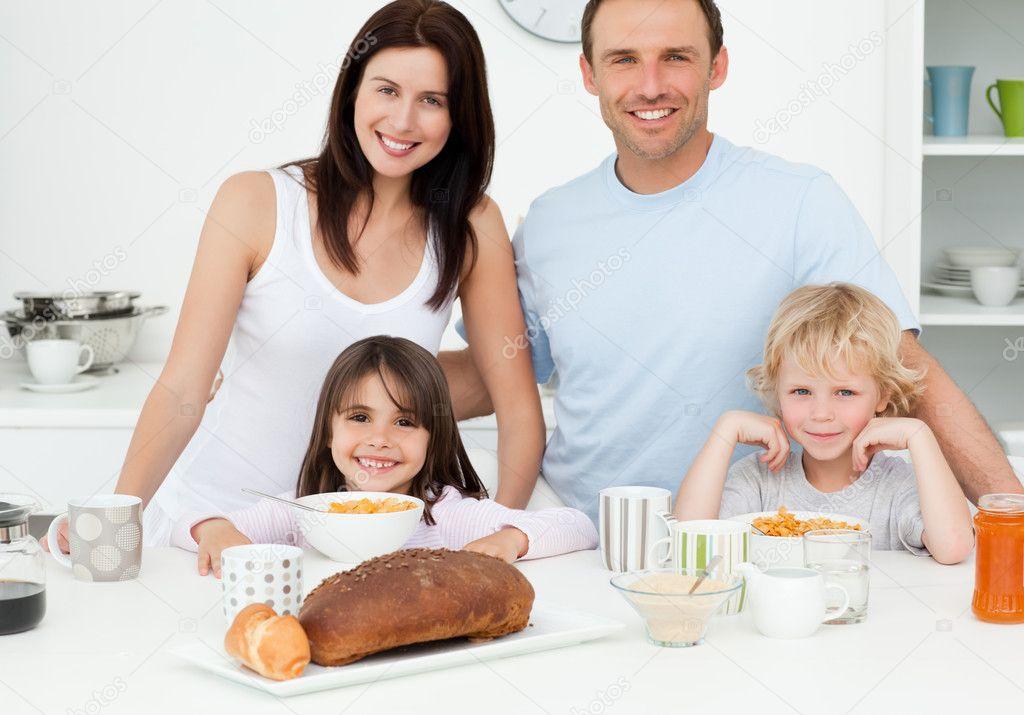 Familia alegre desayunar juntos en la cocina foto de for Canal cocina cocina de familia