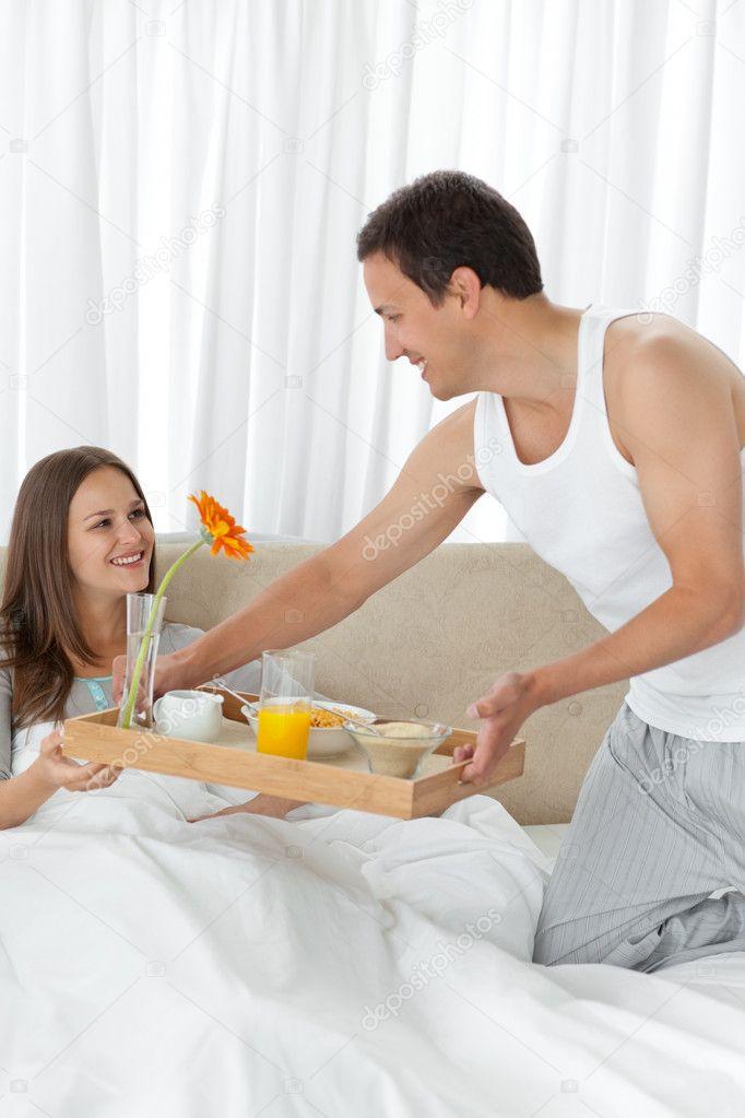 сексуальный мужчина подает завтрак в постель видео