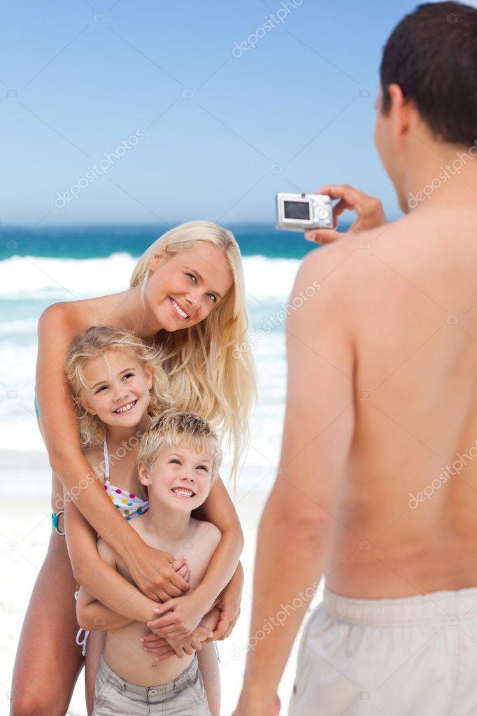 Муж фотографирует жену