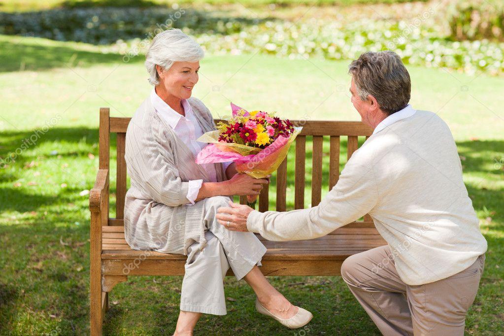 Image result for imagens oferecendo flores aos homens