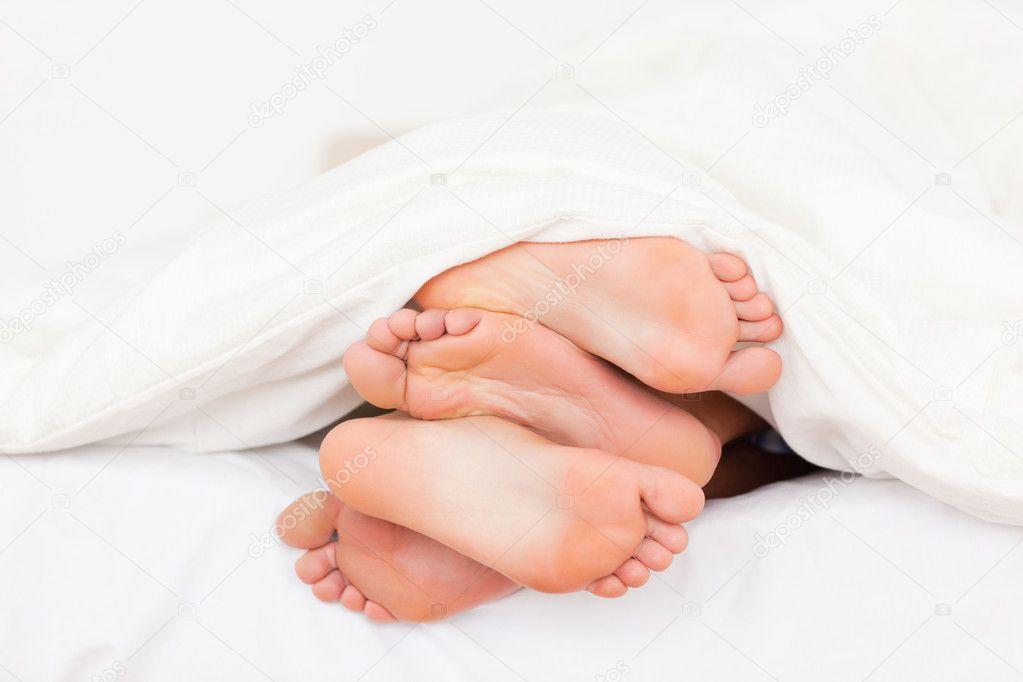 Pila di piedi in un letto foto stock wavebreakmedia for Piani di studio 300 piedi quadrati