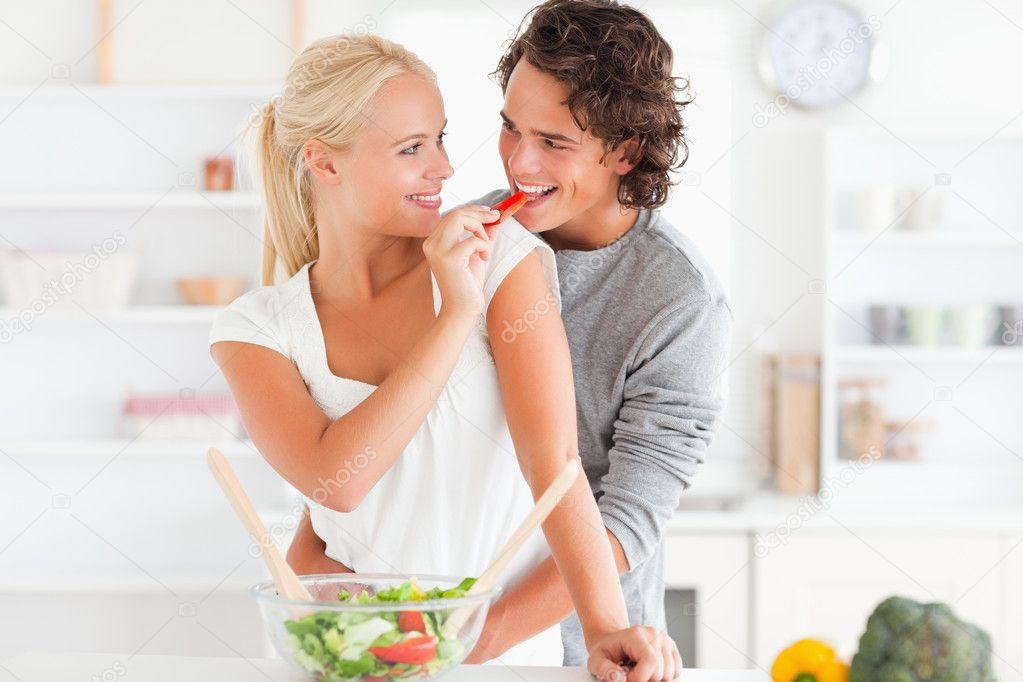 Frau verleihen ihrem Verlobten Pfeffer — Stockfoto