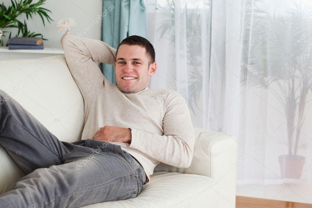 подумал моей частные фото мужчина лежит на диване полная радушия