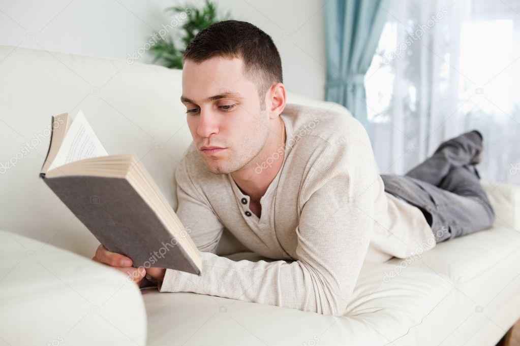 Man liggend op een bank om een boek te lezen u2014 Stockfoto u00a9 Wavebreakmedia #11197212
