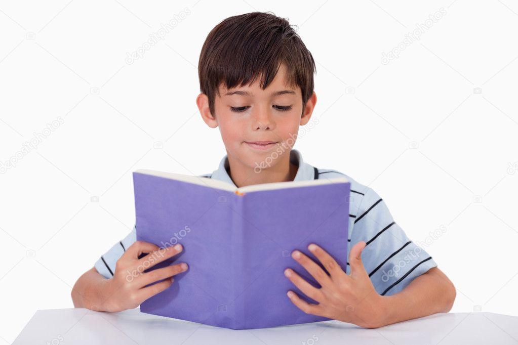 Ni o concentrado leyendo un libro fotos de stock for Foto di un libro