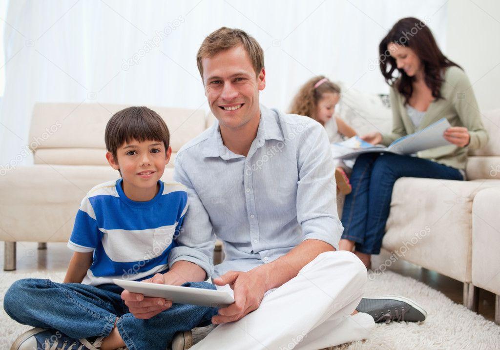famiglia di trascorrere il tempo libero in soggiorno — Foto Stock ...