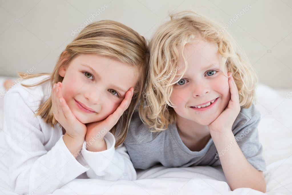 сестра лежит на брате