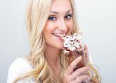 mladá žena pije ledová káva, studio-shot