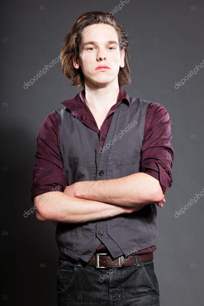 Hübscher Junger Mann Mit Braunen Langen Haaren Die Isoliert Auf
