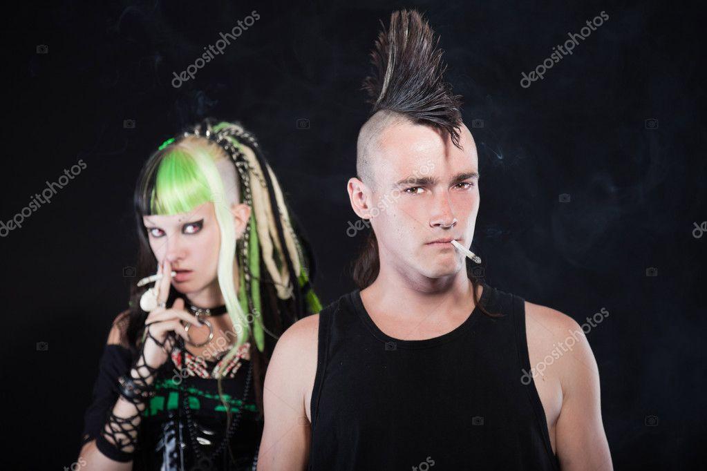 Coupe De Cheveux Punk Homme couple de cyber punk fille aux cheveux blonds vert et punk homme
