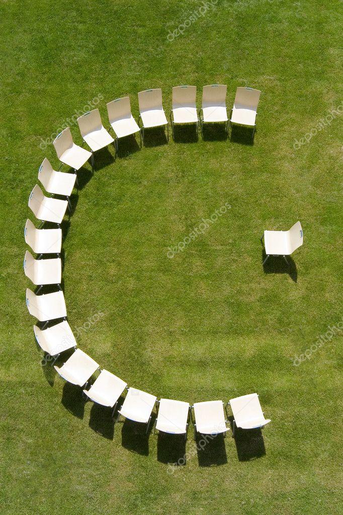 Hoorcollege gesymboliseerd door stoelen gerangschikt in een halve cirkel stockfoto - Halve cirkelbank ...