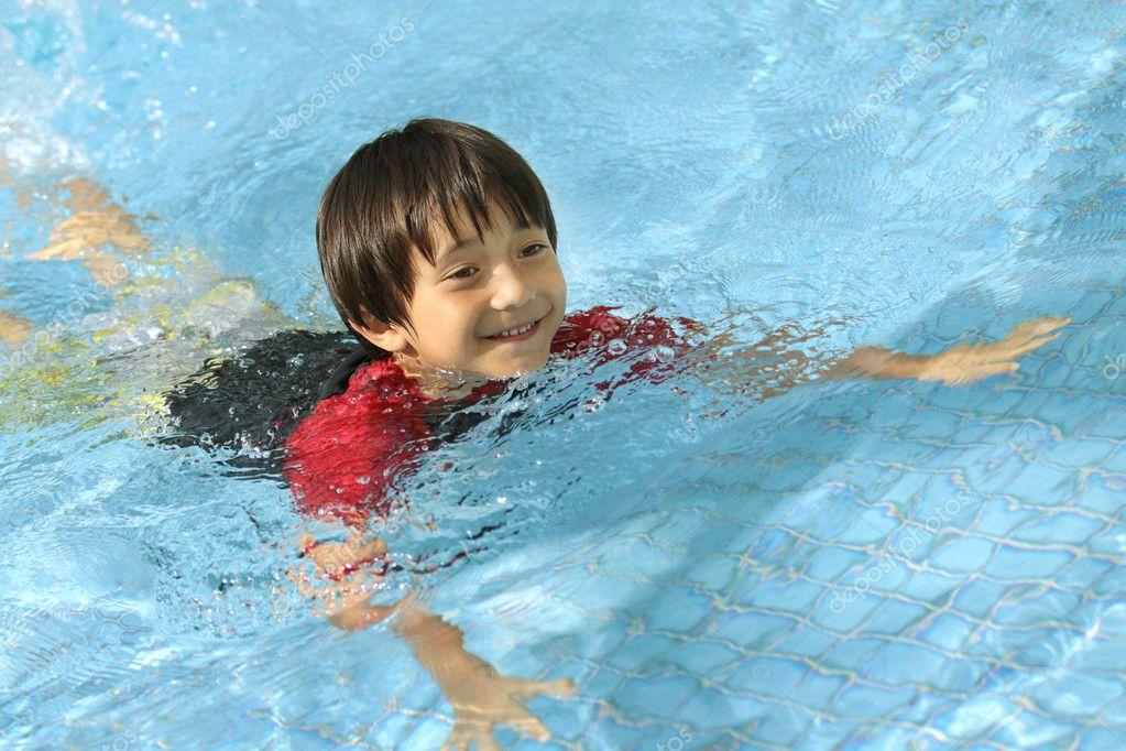 Ni o nadando en la piscina fotos de stock odua 11904446 for Fotos follando en la piscina