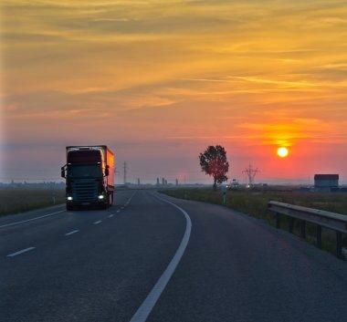 gün batımında kamyon