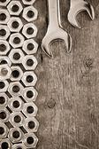 kovové ořechy a klíč nástroj na pozadí