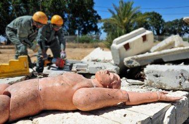 Arama ve kurtarma moloz felaketinden sonra bina boyunca