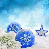 Fotografie Vánoční větev stromu modré ozdoby a sníh zázemí