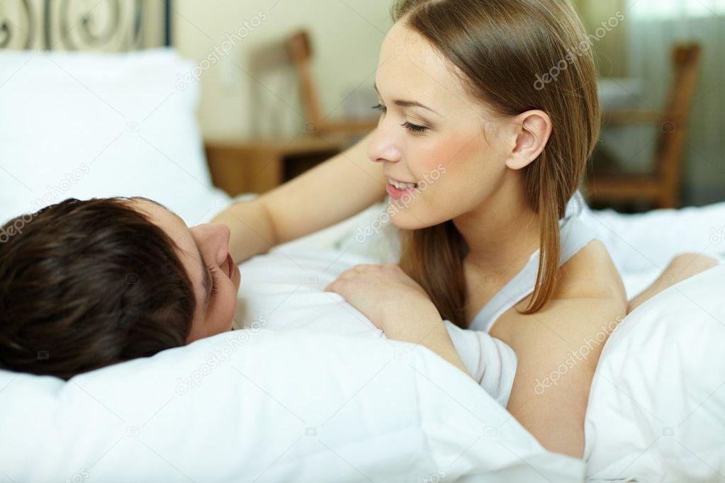 couple au lit photographie pressmaster 12514755. Black Bedroom Furniture Sets. Home Design Ideas