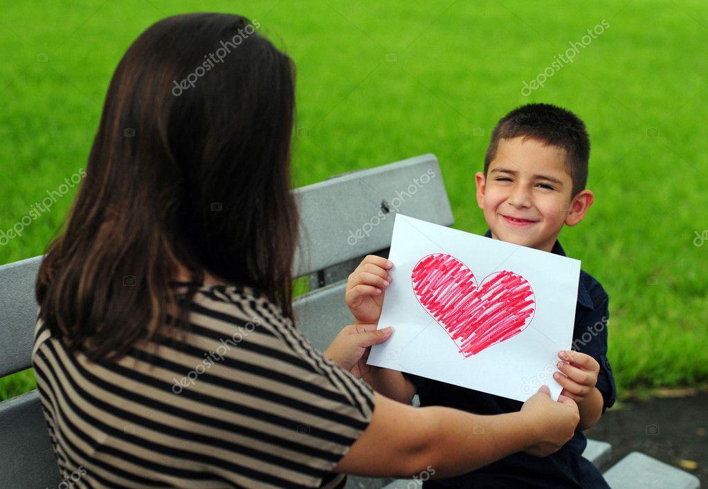 Feliz mujer joven dando un regalo a su novia en casa