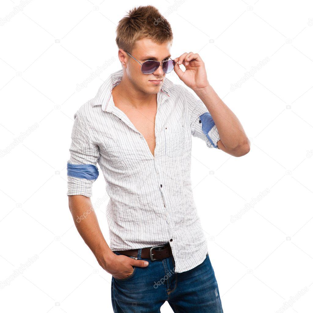 beau jeune homme en jeans chemise clair et lunettes de. Black Bedroom Furniture Sets. Home Design Ideas