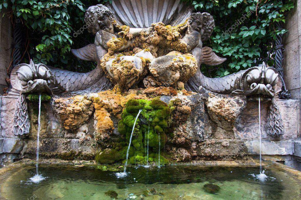Fontana e muschio con laghetto a roma italia foto stock for Fontana per laghetto