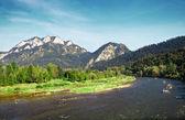 hory krajina s říční rafting