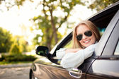 mladá žena v jejím novém autě
