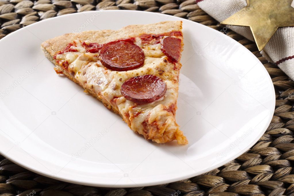 Pizza de pepperoni en un plato foto de stock bakerjim for Platos de pizza