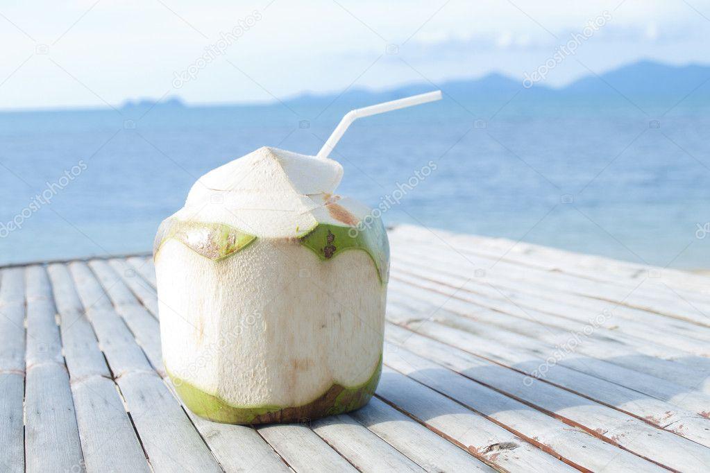 Kokosnuss Wasser Trinken Auf Bambus Tisch Mit Meer Hintergrund