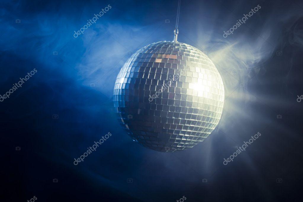 Discobal Met Licht : Disco bal met licht die stralen worden u2014 stockfoto © fergregory