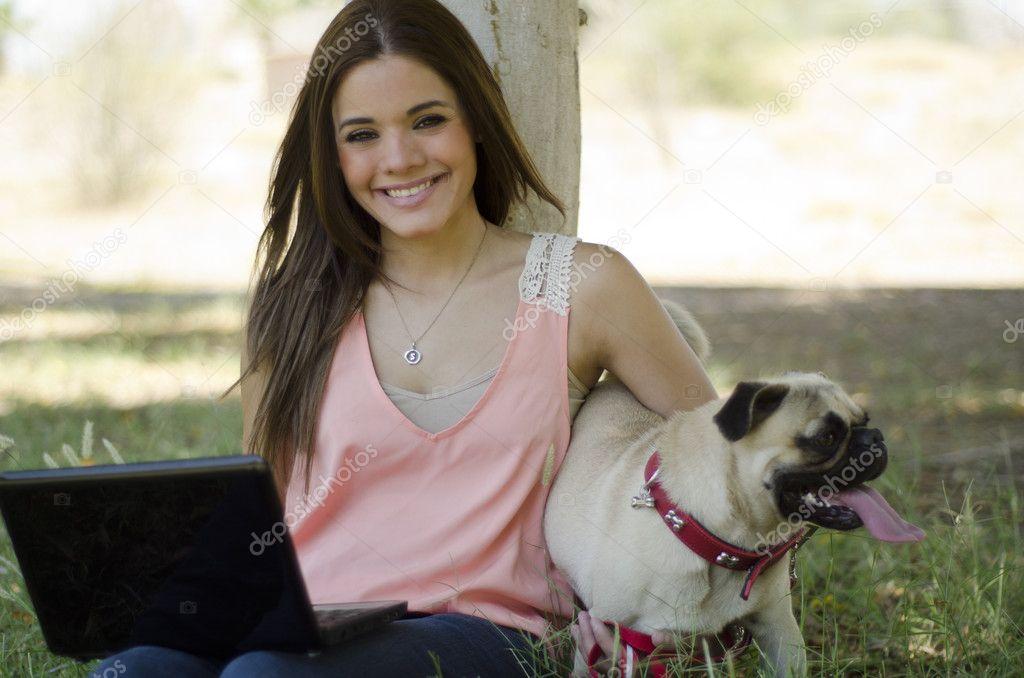 jolie jeune femme, passer du temps avec son chien dans le